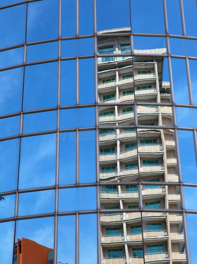 Отражение на самомоднейшем здании - стоковое изображение rf