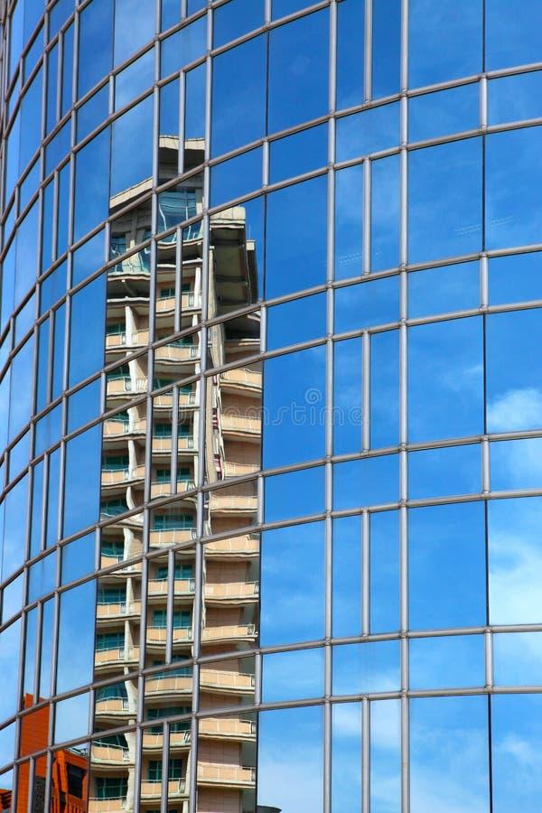 Отражение на самомоднейшем здании - стоковое изображение