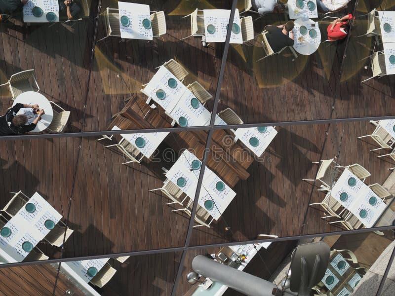 Отражение на стене торгового центра стоковая фотография rf