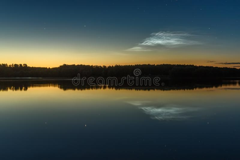 Отражение неба озера звезд облаков noctilucent стоковая фотография rf
