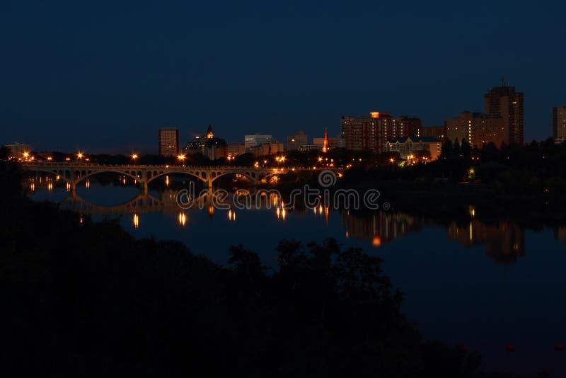Отражение ночи города Саскатуна в реке стоковая фотография rf