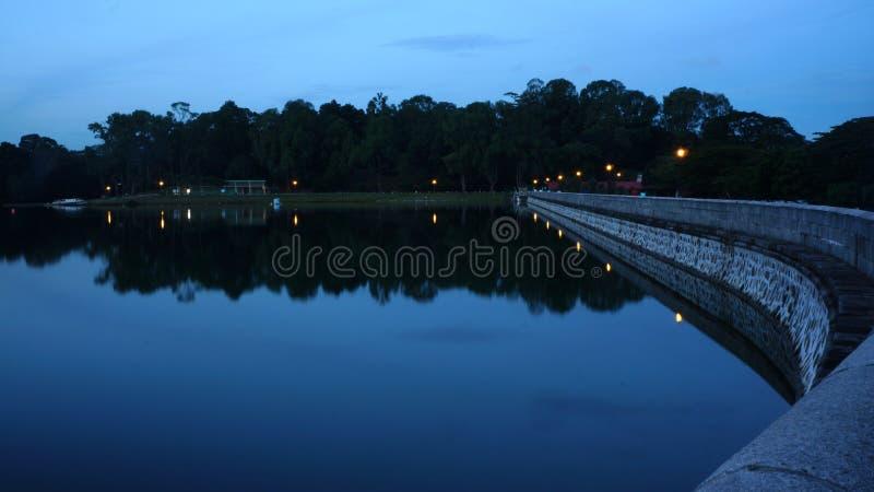Отражение ночи - резервуар стоковые фотографии rf