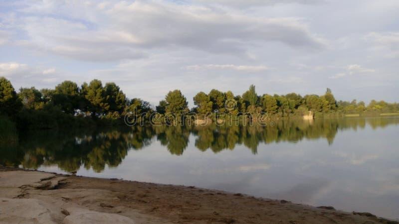 Отражение озера в после полудня стоковые изображения rf
