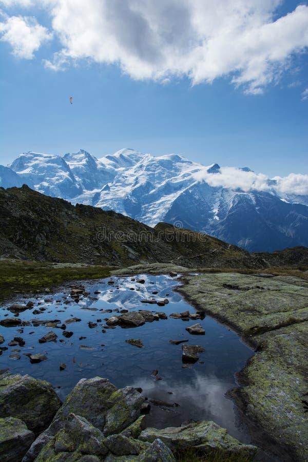 Отражение озера горный вид стоковая фотография rf