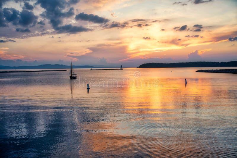 Отражение озера заходящего солнца стоковое фото