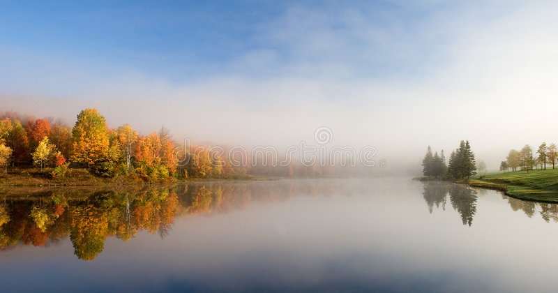 отражение озера стоковое фото