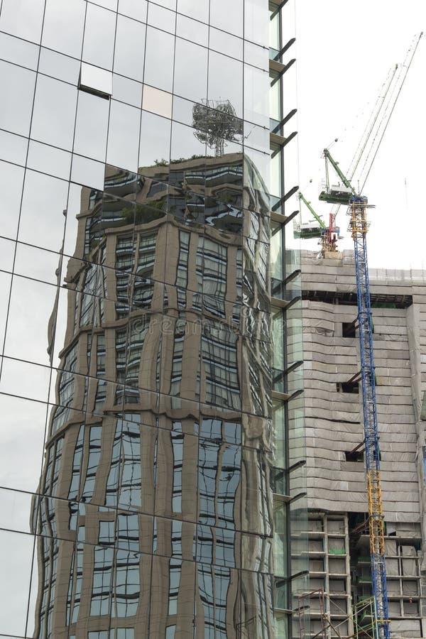 Отражение офисного здания в окнах здания a стоковое фото