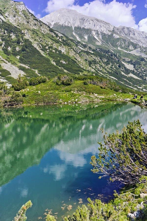 Отражение пика Vihren в озере Okoto, горе Pirin стоковые изображения