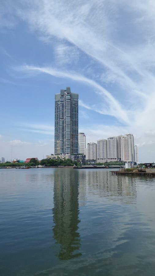 Отражение проживающего здания condomenium в стороне реки в Бангкоке стоковые фотографии rf