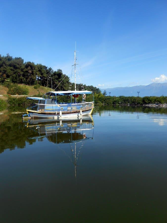 Отражение рыбацкой лодки стоковая фотография