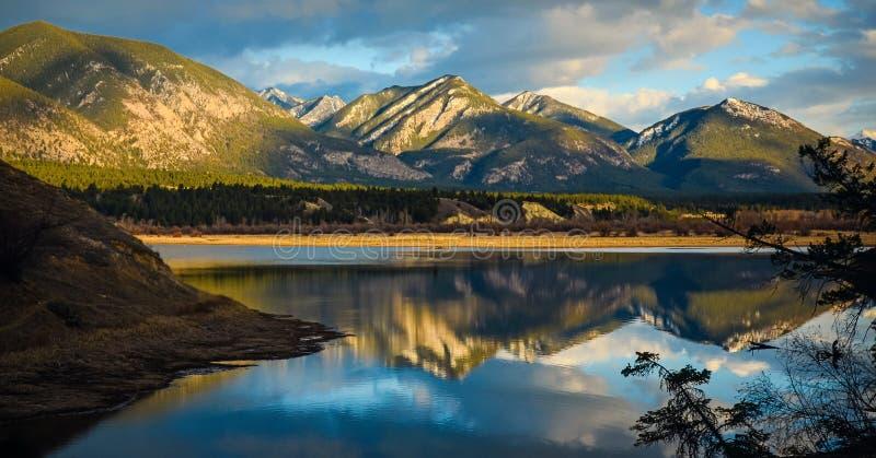 Отражение скалистых гор в ландшафте заболоченных мест стоковое изображение