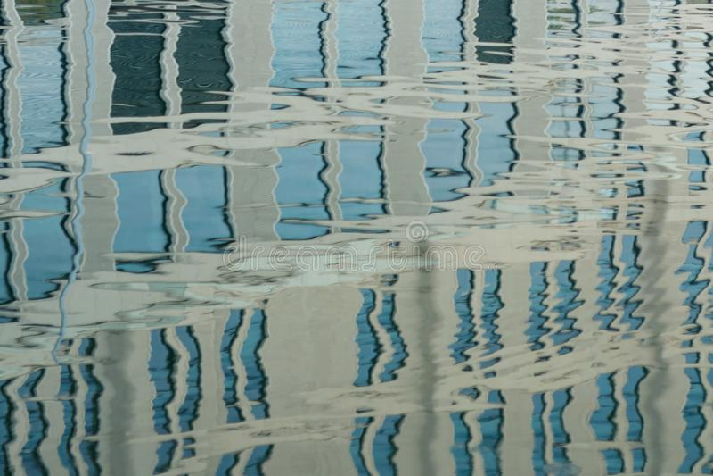 отражение современного здания на поверхности воды стоковое изображение rf