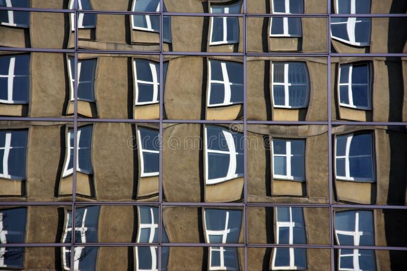 Отражение старого здания из стекел современного здания corpaorate (передергивать окна могут показаться немного unsharp на  стоковое фото