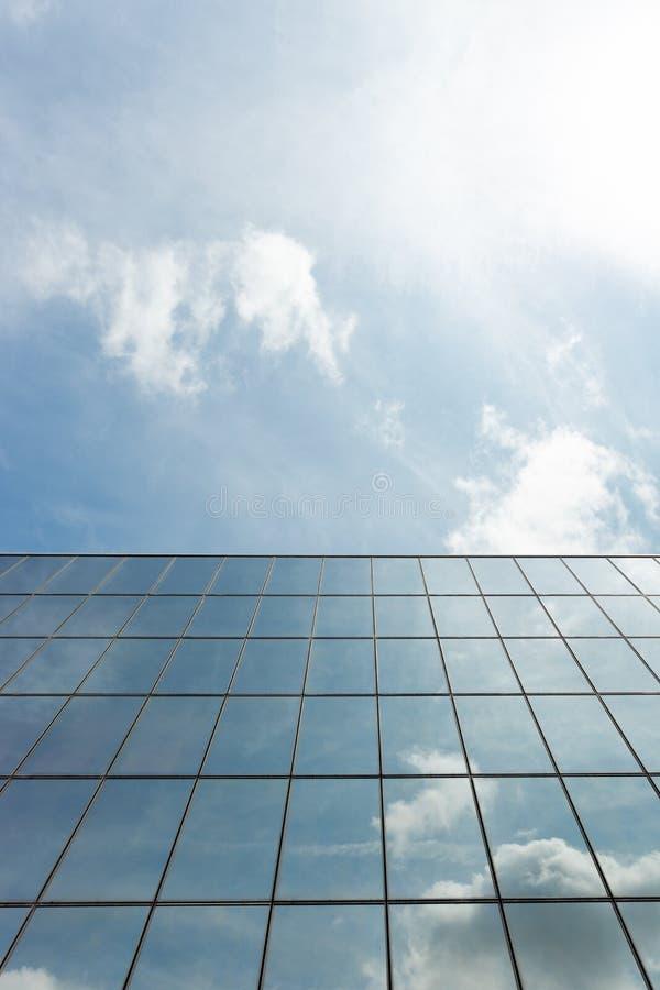 Отражение стеклянного здания внешнее заволакивает вверх стоковая фотография rf