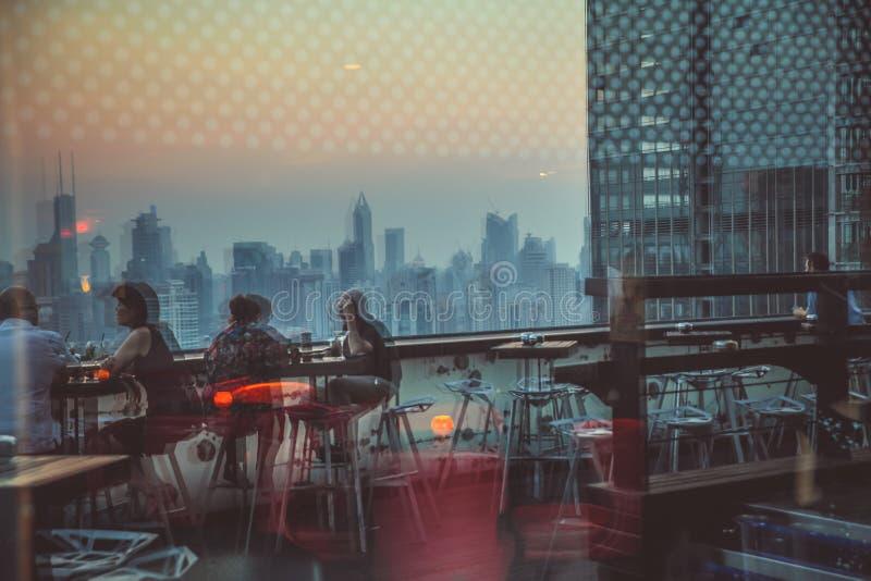 Отражение стеклянного окна городской жизни Люди в ресторане стоковое фото