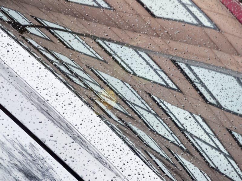 Отражение фасада на лобовом стекле стоковая фотография