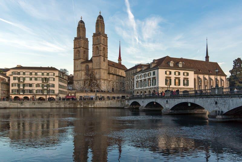 Отражение церков Grossmunster в реке Limmat, городе Цюриха, Швейцарии стоковое изображение rf