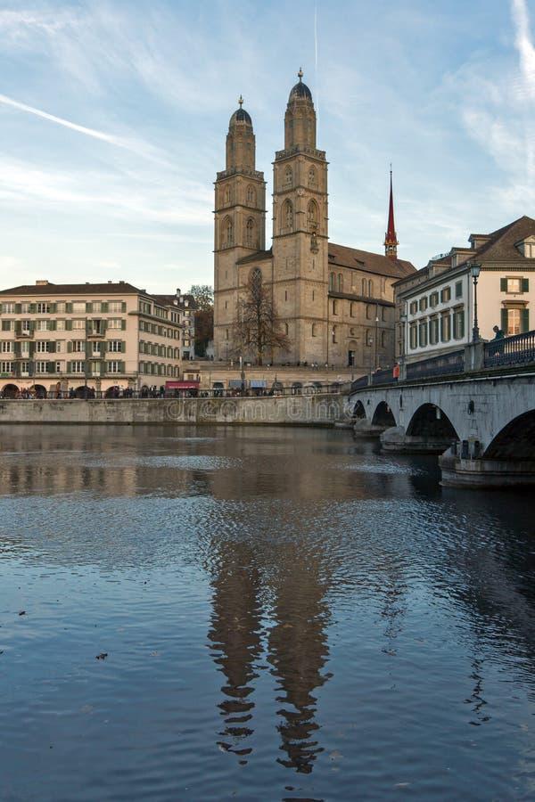Отражение церков Grossmunster в реке Limmat, Цюрихе, Швейцарии стоковое фото