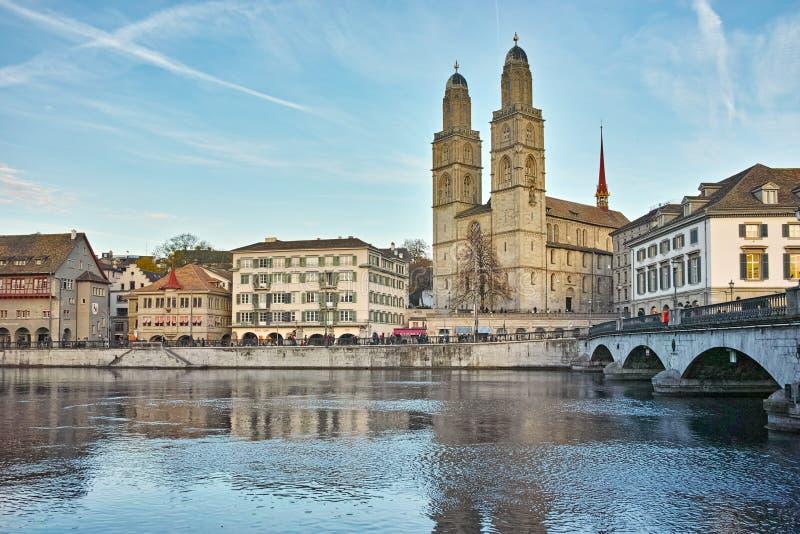 Отражение церков Grossmunster в реке Limmat, Цюрихе, Швейцарии стоковое изображение