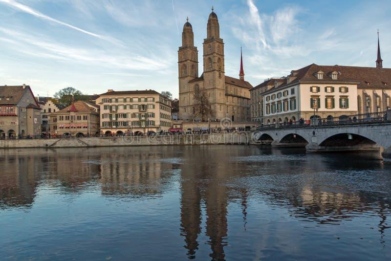 Отражение церков Grossmunster в реке Limmat, Цюрихе, Швейцарии стоковые фотографии rf
