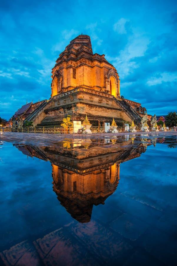 Отражение luang chedi wat самая большая пагода стоковые изображения