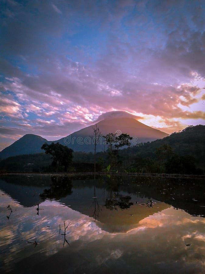 Отражение penanggungan горы когда восход солнца стоковое изображение rf