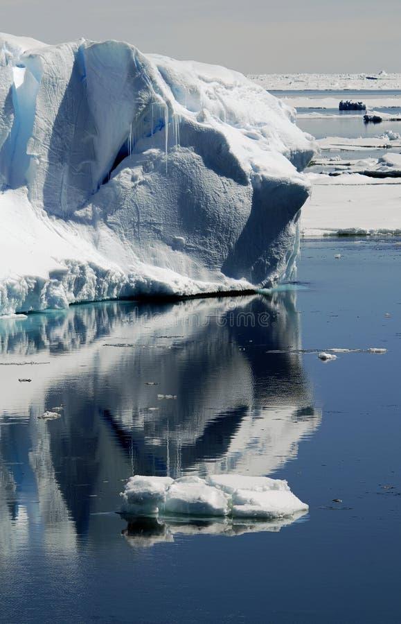 отражения айсберга стоковые изображения