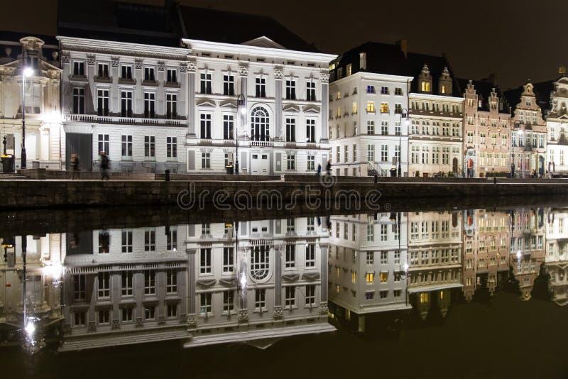 Отражения белых зданий в канале в Генте стоковое изображение