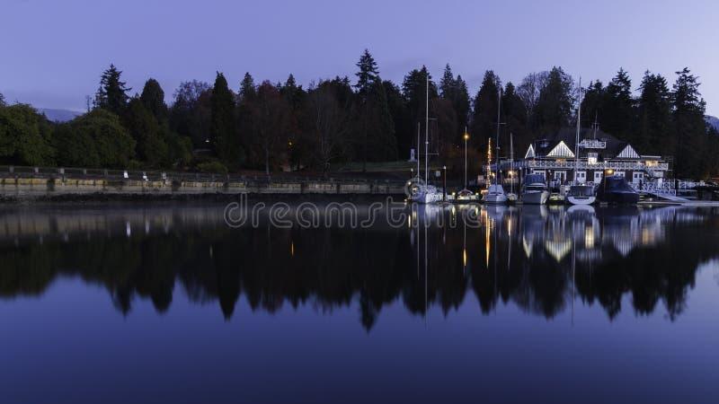 Отражения восхода солнца Ванкувера гребя клуб стоковые фотографии rf