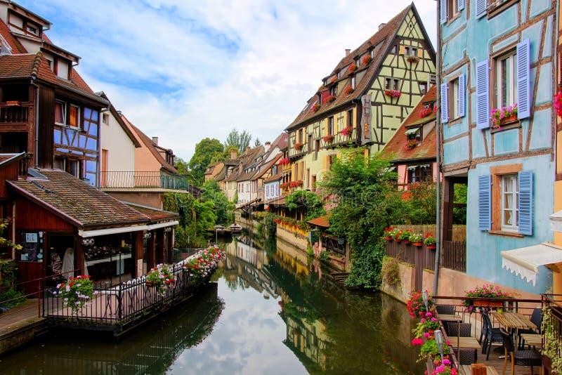 Отражения в красивых каналах Кольмара, Эльзаса, Франции стоковое изображение