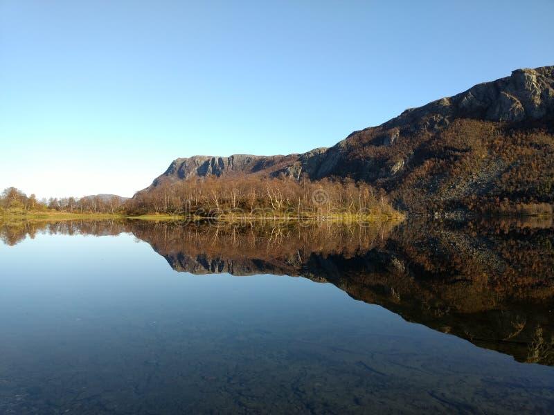 Отражения в озере горы в Alta Норвегии стоковые фотографии rf