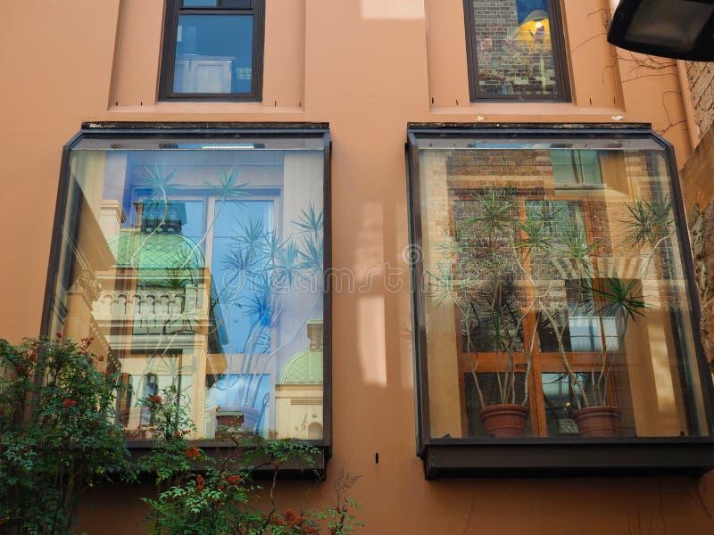 Отражения в современном стекле Windows на историческом здании, Австралии стоковая фотография