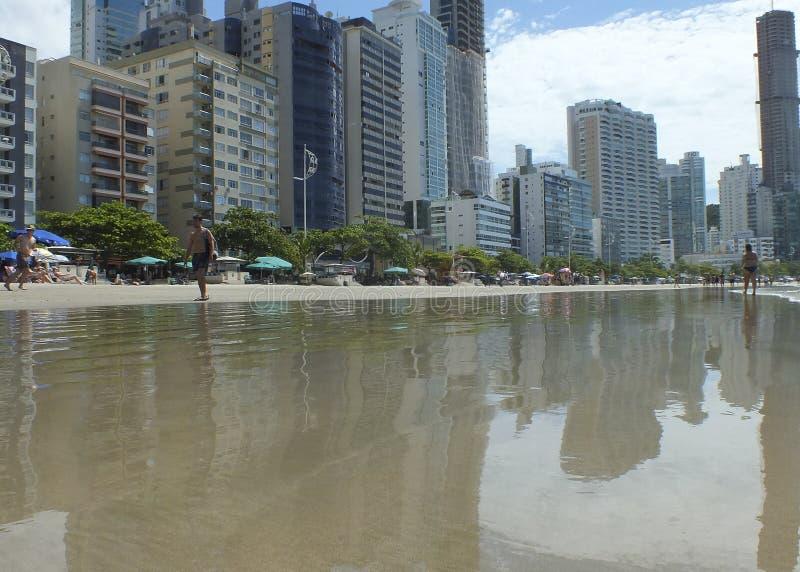 Отражения города на пляже Camboriu Бразилии стоковые изображения