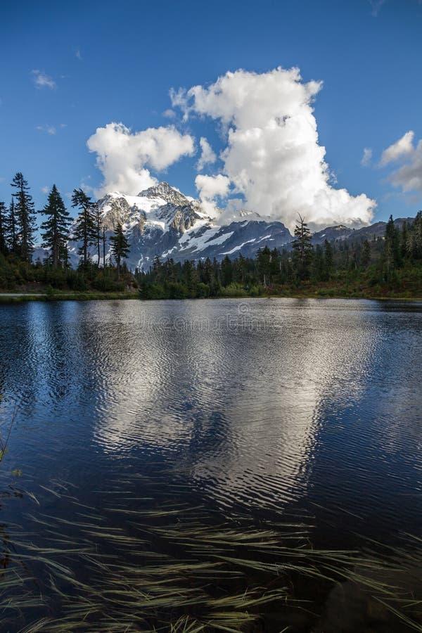 Отражения держателя Shuksan и облака кумулюса в озере изображени стоковая фотография rf