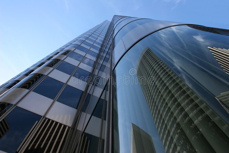 отражения зданий стоковые изображения