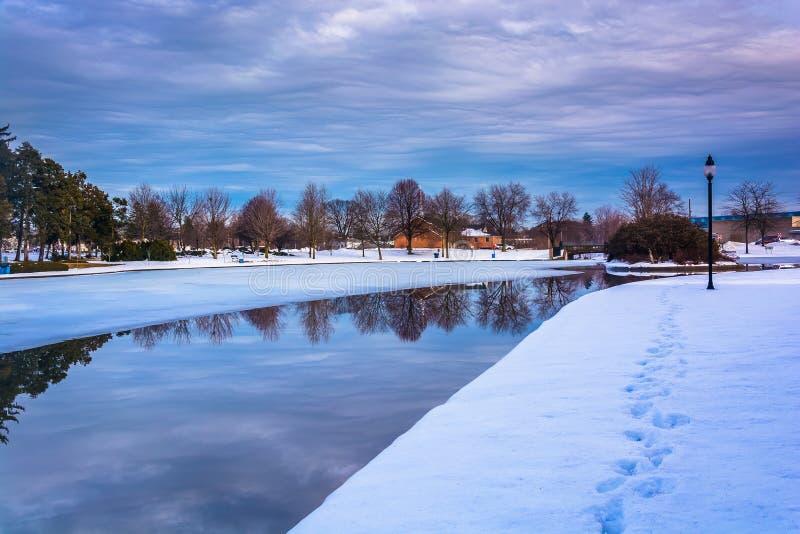 Отражения зимы на озере Kiwanis, в Йорке, Пенсильвания стоковое фото