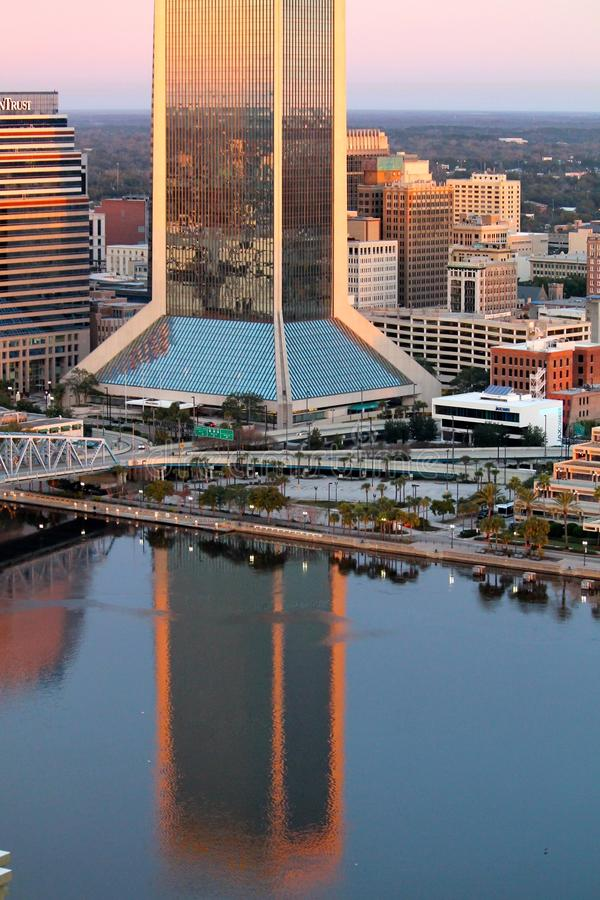 Отражения здания в реке стоковое изображение