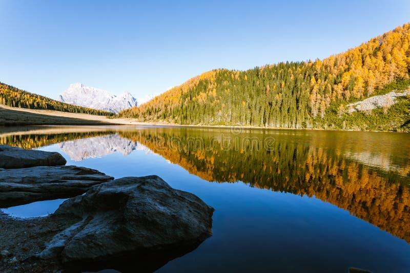 Отражения на воде, панорама осени от озера горы стоковое фото