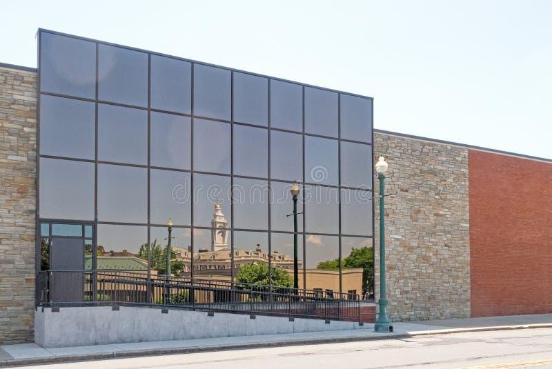 Отражения на стеклянной стороне здания здание муниципалитета и района центра города Schenectady Нью-Йорка стоковые изображения rf