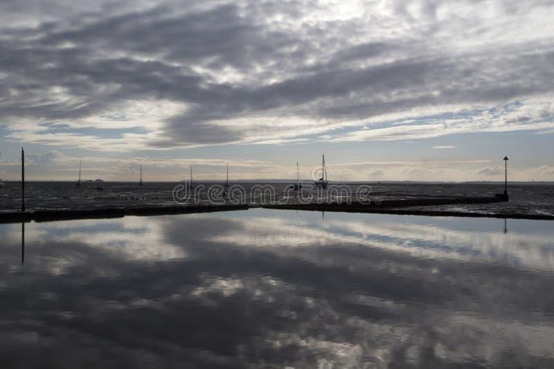 Отражения на Leigh-на-море, Essex, Англии стоковая фотография rf