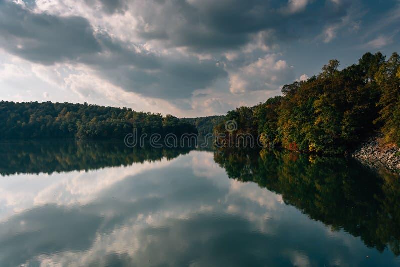 Отражения облака после полудня в резервуаре Prettyboy, Балтиморе Co стоковая фотография rf