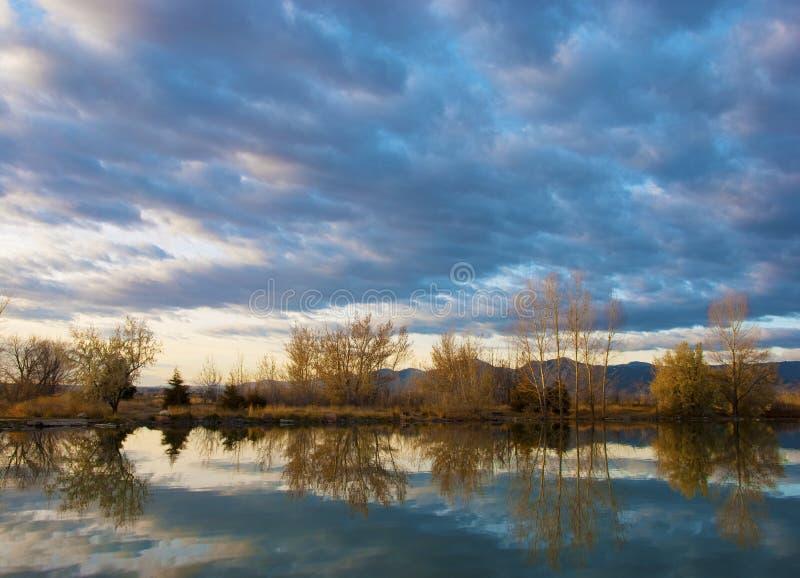 отражения озера спокойные стоковое фото