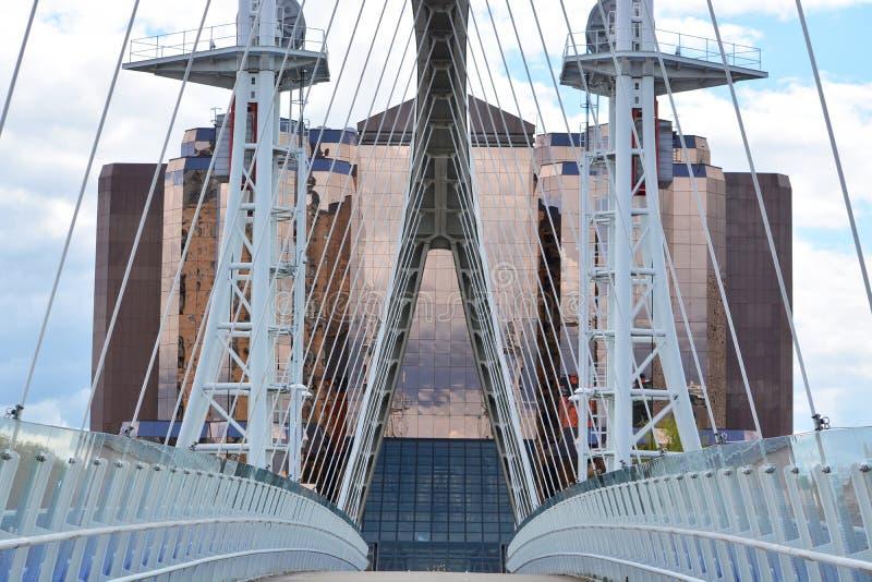 Отражения от стеклянного здания на районе доков Salford в Манчестере Великобритании стоковые фотографии rf