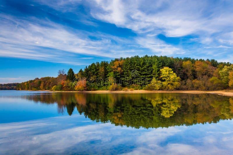 Отражения после полудня на озере Марбурге, на парке штата Codorus, pe стоковое фото rf