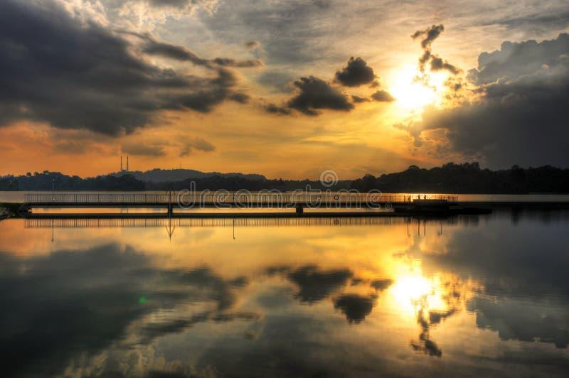 Отражения теплого оранжевого захода солнца стоковая фотография rf