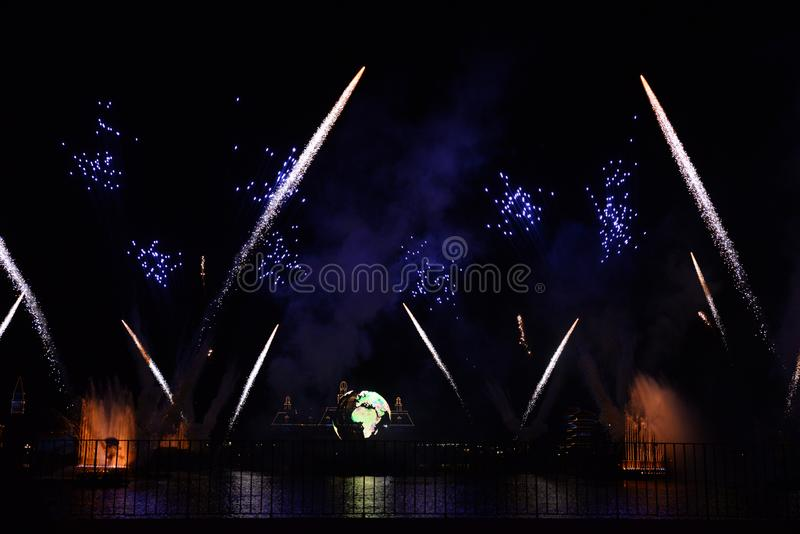 отражения фейерверков ночи Дисней земли стоковая фотография rf