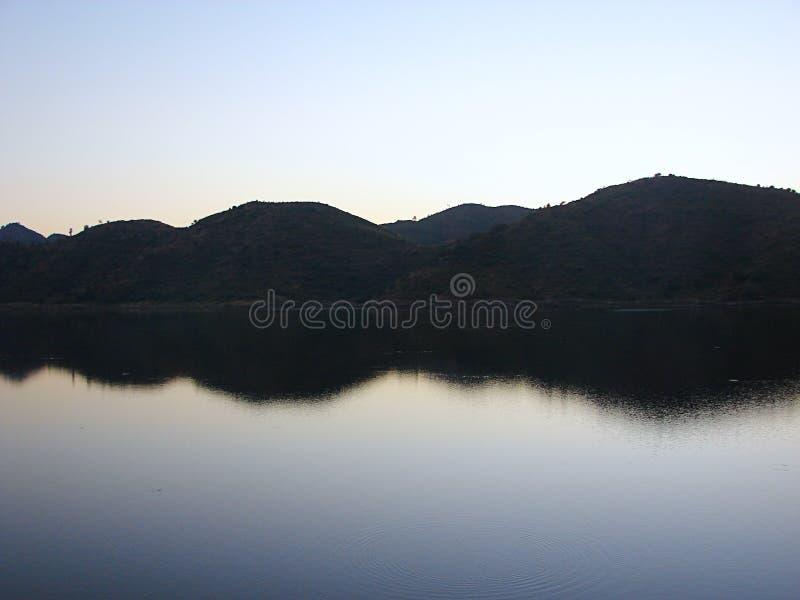 Отражения & цвета - все еще мочит озера Badi, Udaipur стоковые фотографии rf