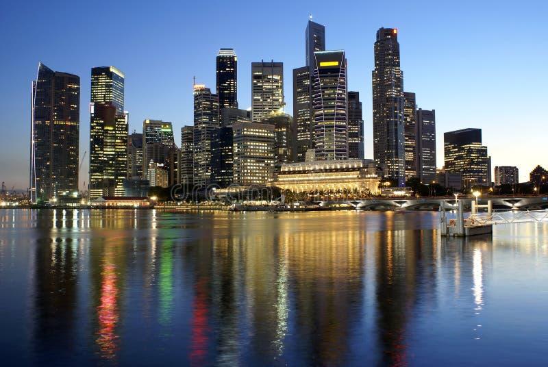 отражения singapore ночи города стоковые фотографии rf