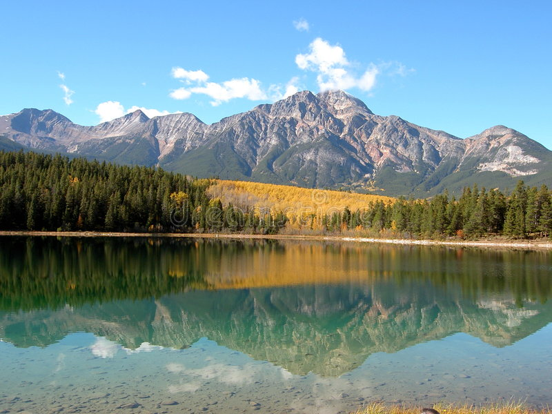 отраженная гора стоковое изображение