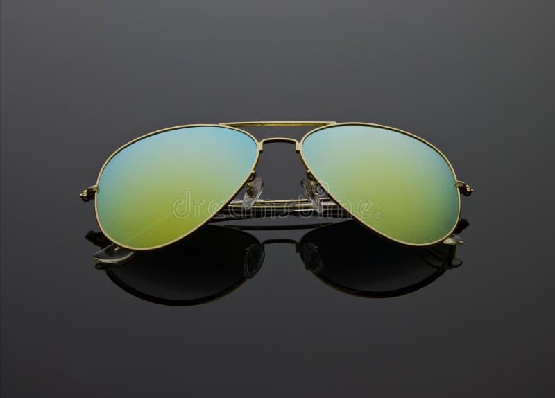 Отраженные солнечные очки на черноте стоковые фотографии rf